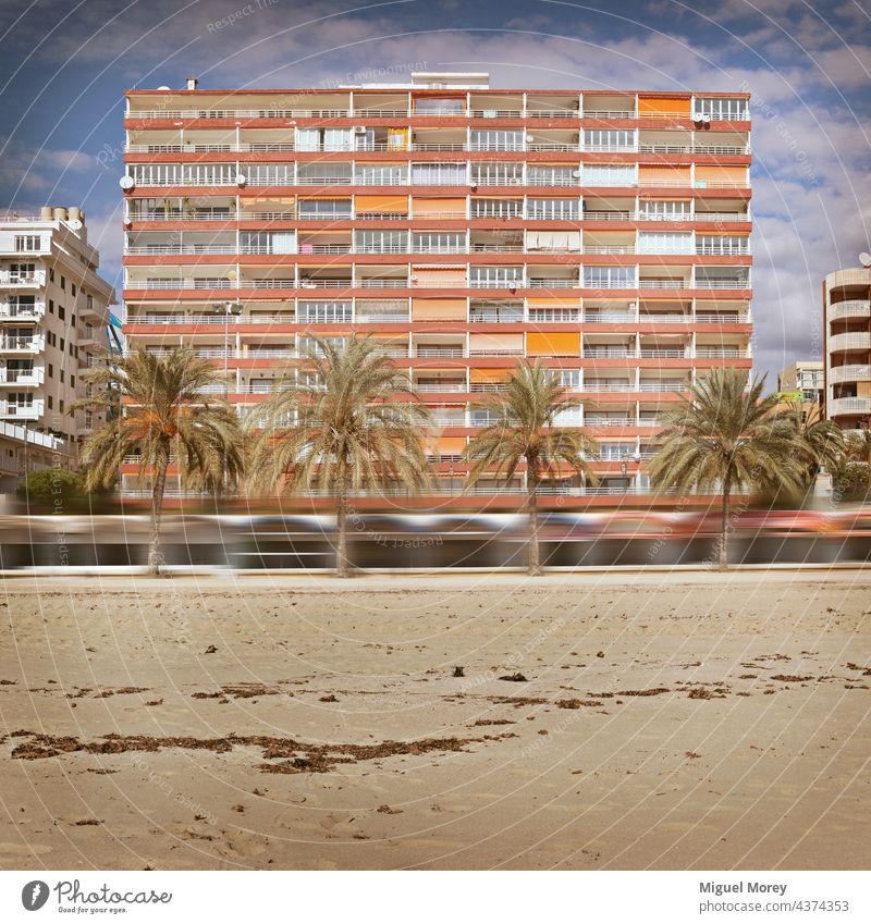 Appartementhaus an einem palmengesäumten Sandstrand Apartamet Gebäude Fassade Haus urban Mehrfamilienhaus Wohnhaus Fenster Wohngebiet Strand