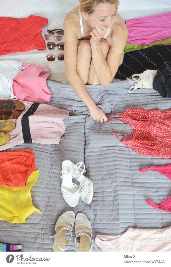 Auf der Suche Mensch Jugendliche schön Junge Frau Erwachsene 18-30 Jahre Gefühle feminin Stil Mode Stimmung Schuhe Bekleidung kaufen Brille Bett