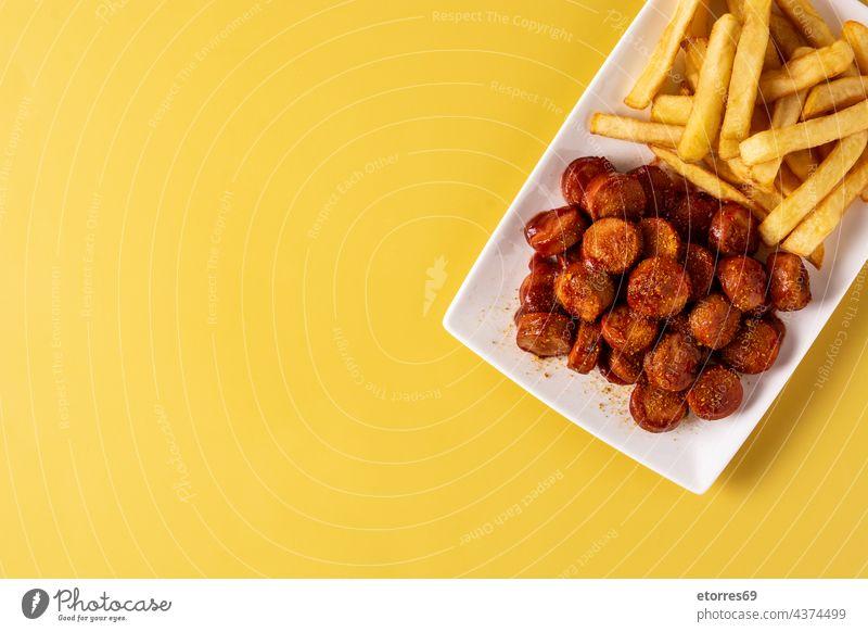 Traditionelle deutsche Currywurst Lebensmittel Pommes frites gebraten Deutsch gegrillt selbstgemacht Ketchup Mahlzeit Fleisch Oktoberfest Teller Schweinefleisch