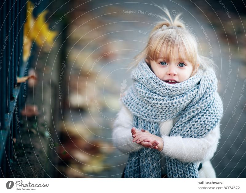 Herbst.. herbstlich kalt Schal Kind Kindheit träumerisch Park Porträt traumhaft Traum Mädchengesicht niedlich Outdoor-Fotografie freundlich Freundlichkeit
