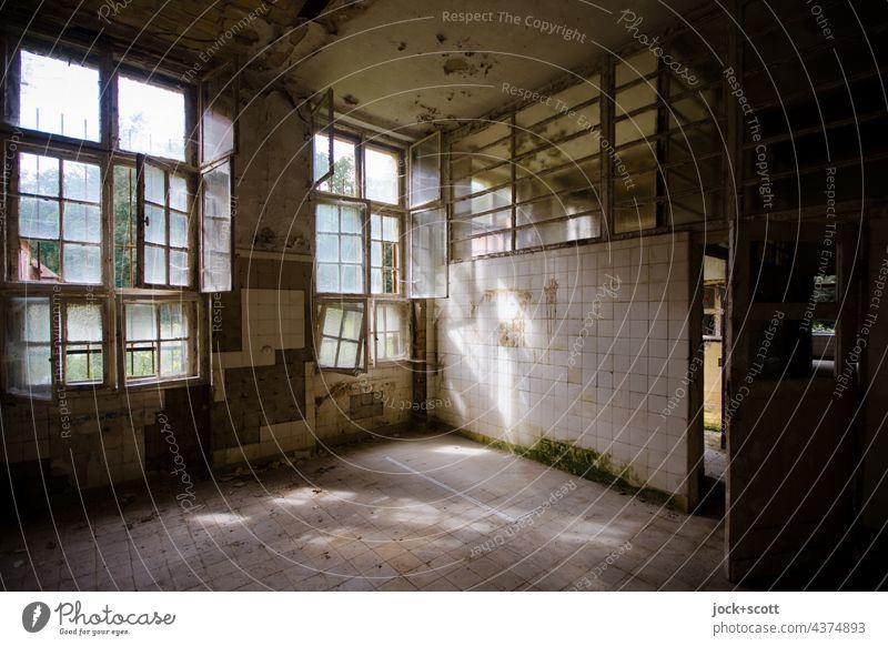 warmer Raum durch sonnigen Lichteinfall, natürlich Ruine Wand Fenster dreckig Heilstätte Wandel & Veränderung Zahn der Zeit verfallen Fliesen u. Kacheln