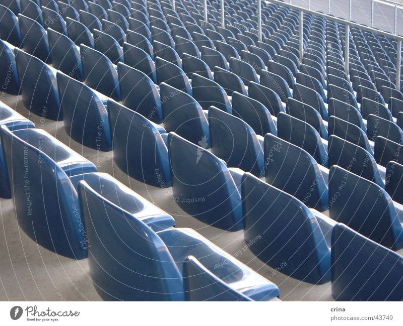 schräge Sicht Tribüne Stuhl Freizeit & Hobby Sitzgelegenheit Platze blau verrückt Symetrie