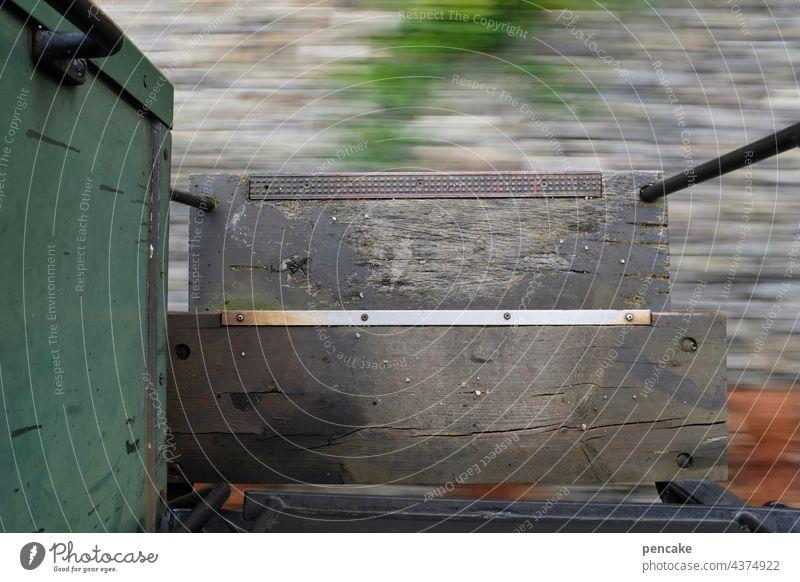 ein trittbrettfahrer. leben und leben lassen. es gibt kein zurück. Eisenbahn alt historisch Trittbrett Stufen Holz Fahrt fahren Schnelligkeit Rastlosigkeit