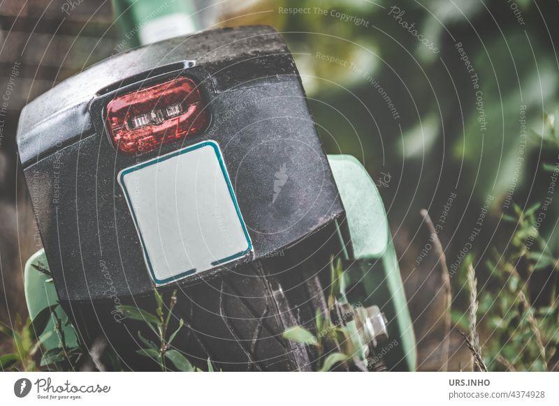 ein schmutziger E-Scooter parkt irgendwo einsam am Straßenrand zwischen Unkraut Verkehr Außenaufnahme Verkehrsmittel Farbfoto Tag Mobilität Fahrzeug E-Mobilität