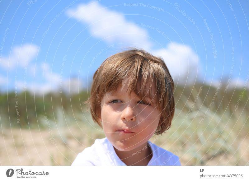 schönes Kind, das sehr ernst aus der Kamera schaut Bildung Optimismus Religion & Glaube Anschluss positiv unschuldig Risiko Sehnsucht einzeln vereinzelt Single