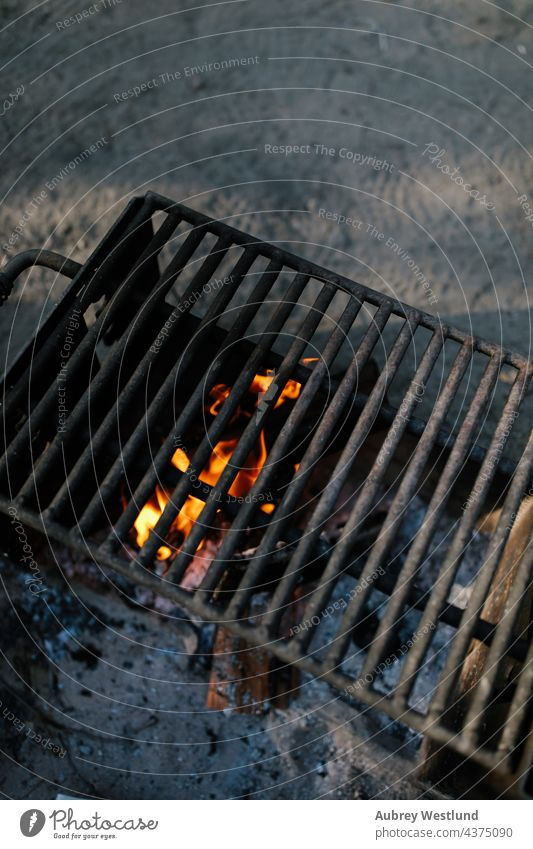 Lagerfeuerrost Kalifornien Wohnmobil Camping Campingplatz Feuer Wald Spaß Lifestyle Berge Natur im Freien außerhalb Sommer Zelt Bäume Ausflug Urlaub urlaub