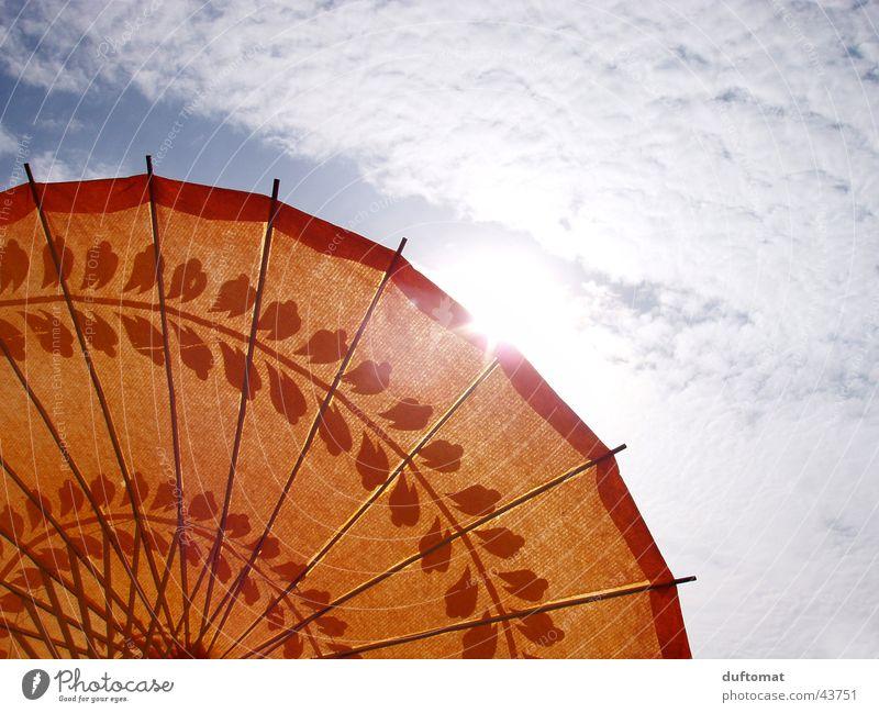 Lass die Sonne rein _ 2 Licht Wolken Asien Sonneschirm Regenschirm Wärme Sonnestrahl orange