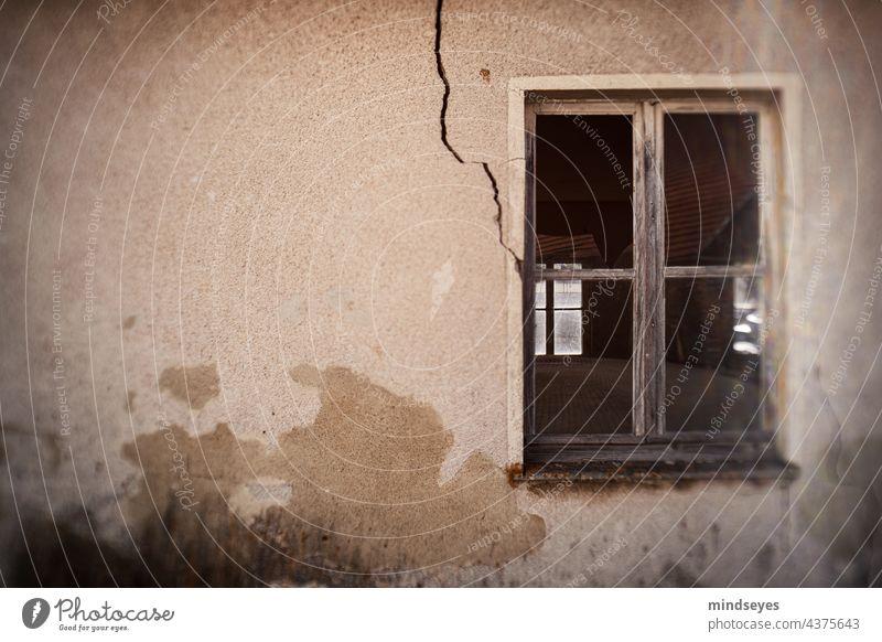 Fenster mit Riß altes haus fenster bröckelnde fassade verfallen Abbruchhaus Vergänglichkeit Ruine Vergangenheit Wandel & Veränderung Gebäude Architektur Haus