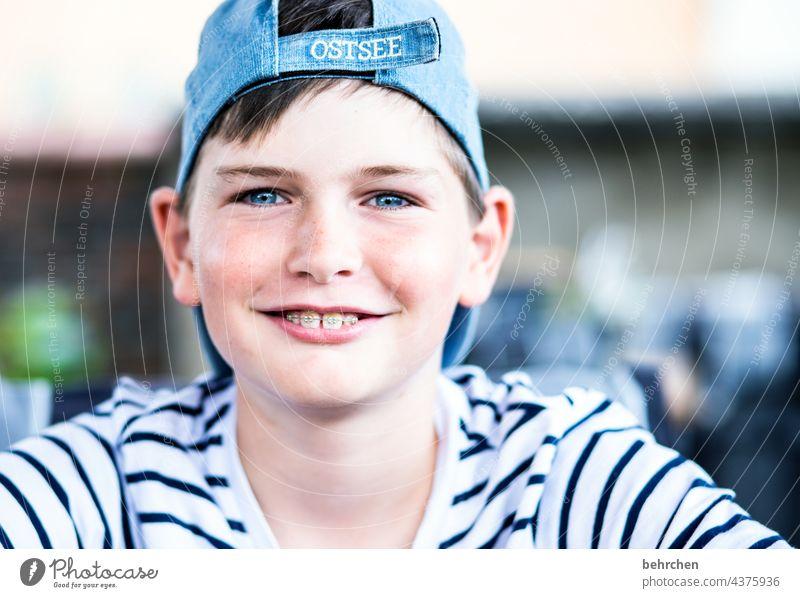 zahnspangengrinsen Freude glücklich blaue augen Farbfoto Coolness Kind frech Familie Licht Gesicht Tag Kindheit Junge Nahaufnahme träumen Zufriedenheit