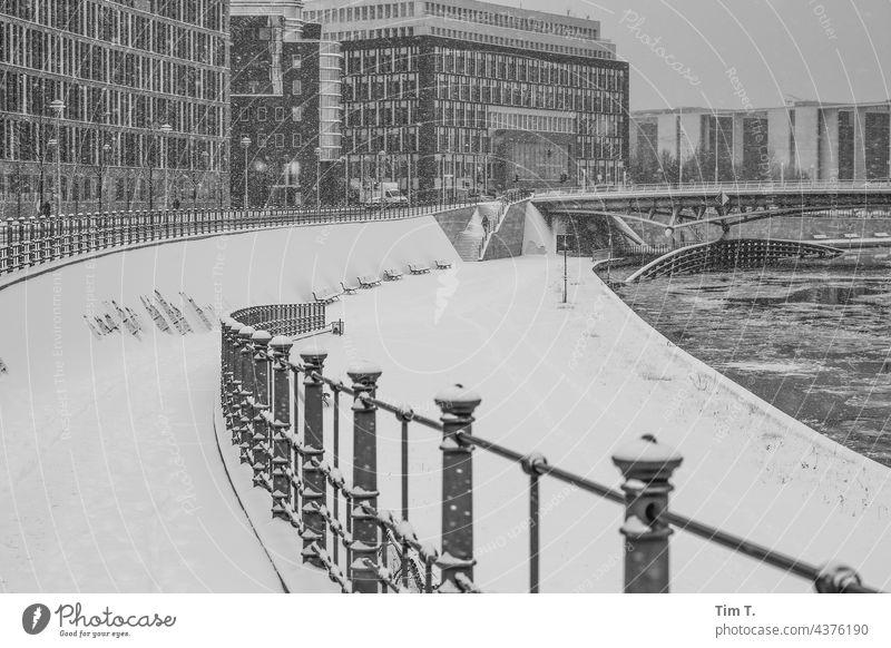 Schnee liegt im Regierungsviertel am Ufer der Spree Berlin Regierungssitz s/w Winter Architektur Hauptstadt Deutschland Spreebogen Menschenleer