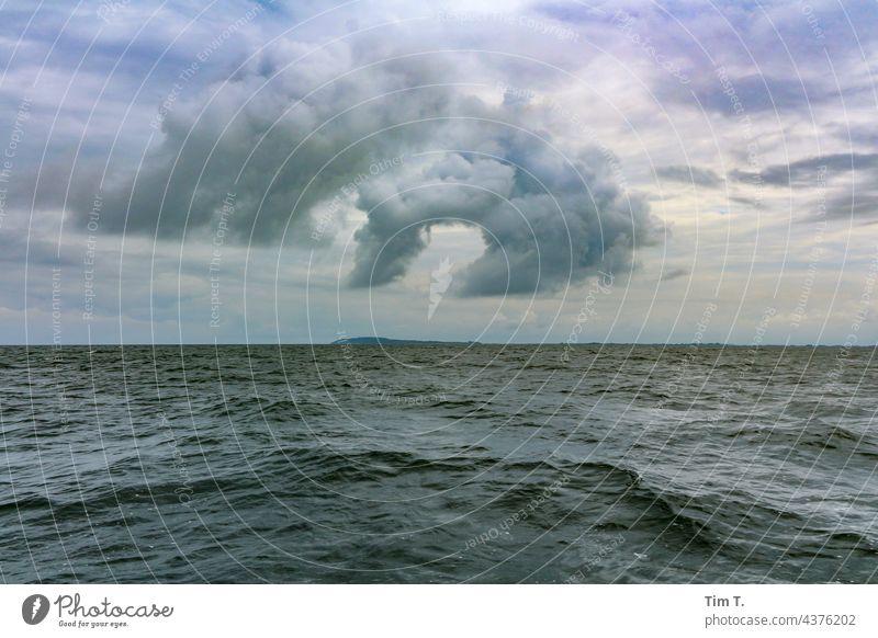 Das Meer , eine Insel und eine große Wolke Ostsee Wolken Himmel wolke himmel Natur Außenaufnahme Tag wolken Wetter wetter Umwelt Menschenleer Farbfoto Sommer
