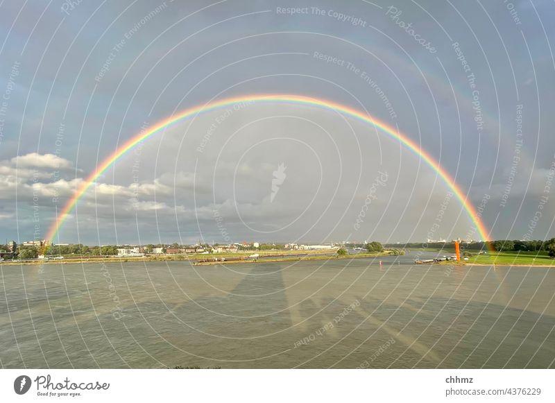 Regenbogen über der Ruhr Fluss Flussufer Rhein Außenaufnahme Landschaft Reflexion & Spiegelung Ruhrgebiet Mündung Flußmündung Unwetter Natur Himmel