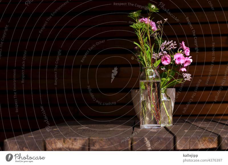 gartentisch Garten Outdoor Vase Blumenstrauß Glas Wasser Holz Blüte Pflanze Dekoration & Verzierung Tisch Farbfoto Natur grün Stil Blatt Design Sommer rosa