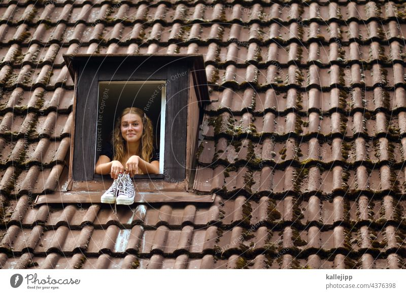 hausbesetzer:in Haus Dach Dachfenster Gaube Dachziegel Mädchen Frau Blick in die Kamera wohnen mieten Nachbarin Fenster Außenaufnahme Farbfoto Muster