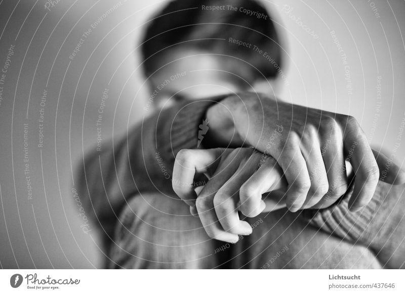 Allein maskulin Junger Mann Jugendliche Hand Finger 1 Mensch 18-30 Jahre Erwachsene Pullover Denken sitzen träumen Traurigkeit warten Angst Pessimist verlegen