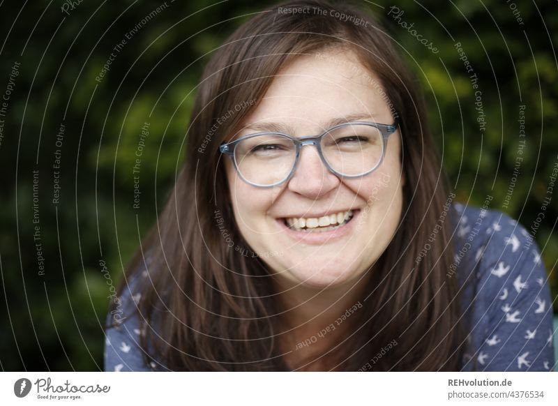 Frau lächelt in die Kamera (Nils) Optimismus Fröhlichkeit Zufriedenheit Lebensfreude Freundlichkeit feminin Farbfoto authentisch 30-45 Jahre Lächeln Mensch