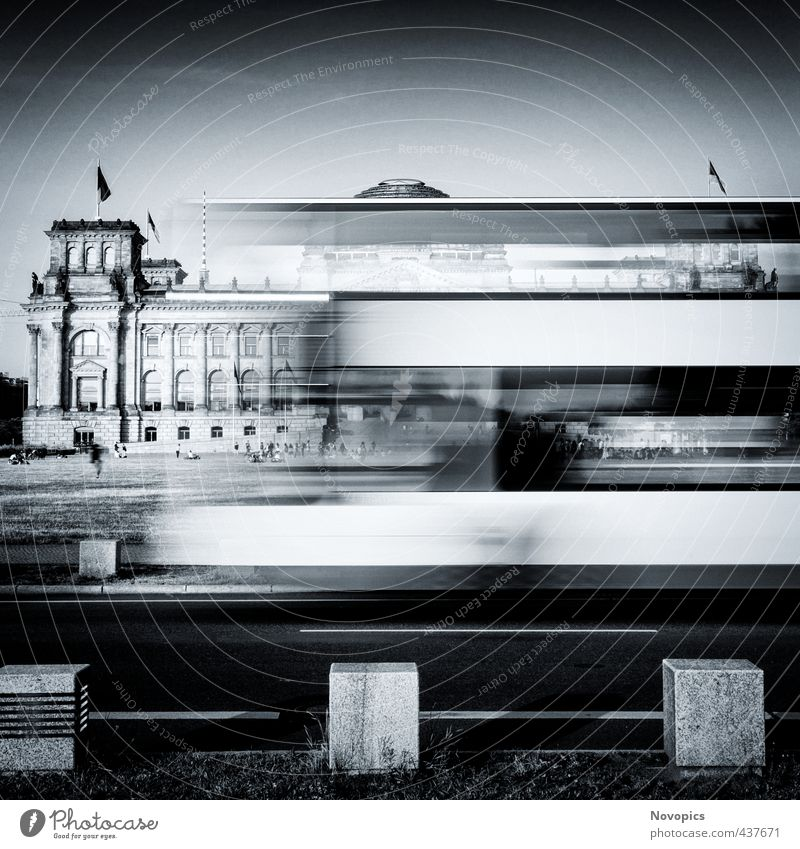 Berlin Reichstag buildung with double-decker bus Mensch weiß schwarz Wiese Straße Architektur Gebäude Fassade sitzen Verkehr Macht fahren Bauwerk Fahne Denkmal