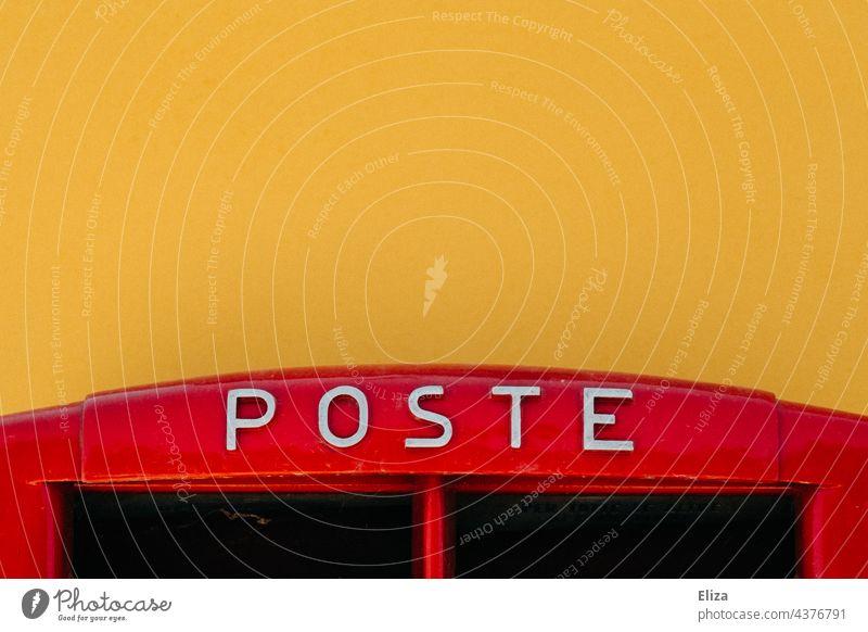 Roter Briefkasten auf dem Poste steht vor gelber Wand Italien rot Briefkastenschlitz Briefe schreiben
