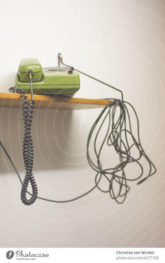 Da haben wir den Salat | Kabelsalat und ein grünes Telefon auf einem Holzbord vor einer weißen Wand Telefonkabel Wählscheibentelefon retro Retro-Farben