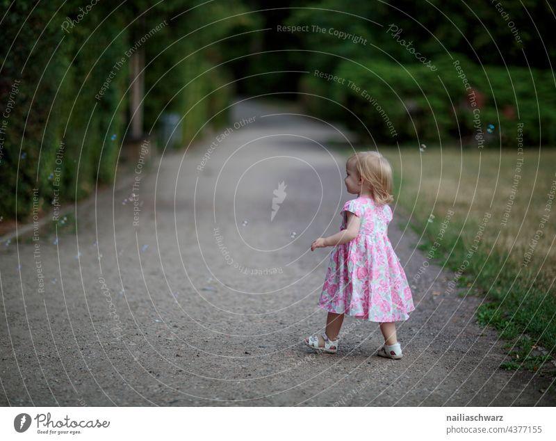 Mary träumerisch laufen Wege & Pfade Abenddämmerung Park grün Traum traumhaft Kind Mädchengesicht Kindheit niedlich Outdoor-Fotografie Menschen Freundlichkeit