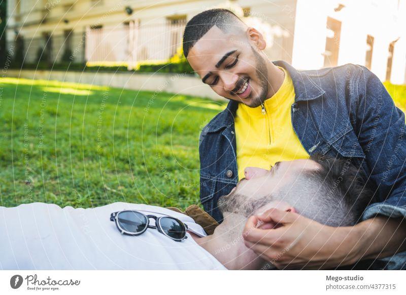 Ein schwules Paar, das gemeinsam Zeit im Park verbringt. Liebe Partnerschaft aussruhen Termin & Datum lieblich positiv sich[Akk] entspannen Freiheit Leben jung