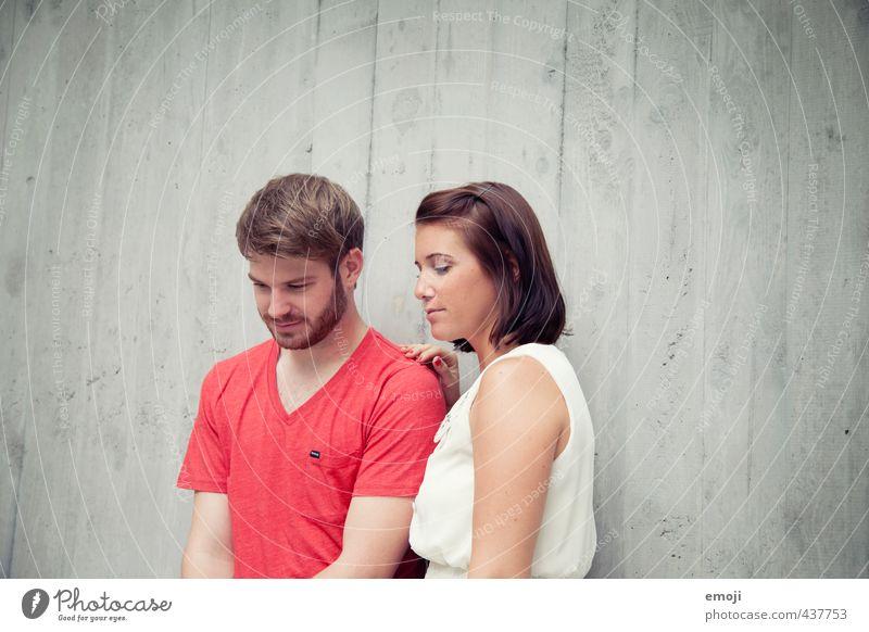 rotweiss maskulin feminin Junge Frau Jugendliche Junger Mann Geschwister Freundschaft Paar Partner 2 Mensch 18-30 Jahre Erwachsene trendy Farbfoto Außenaufnahme