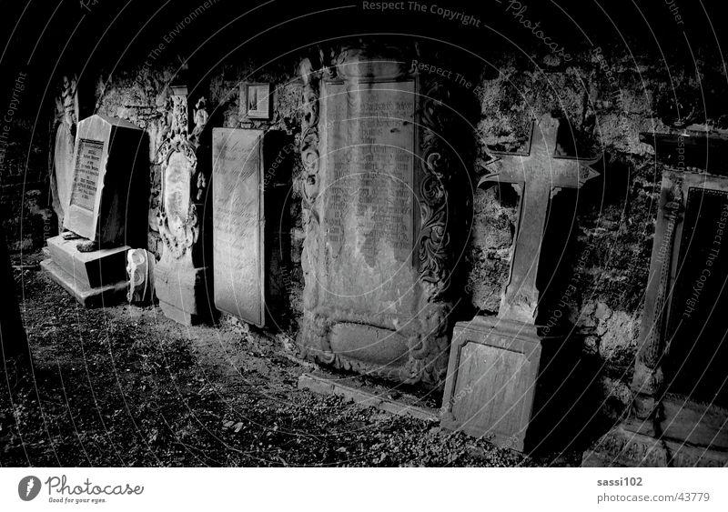 sakrileg Friedhof Grab Grabmal schwarz weiß Nacht dunkel Grabstein mystisch historisch Tod Stein