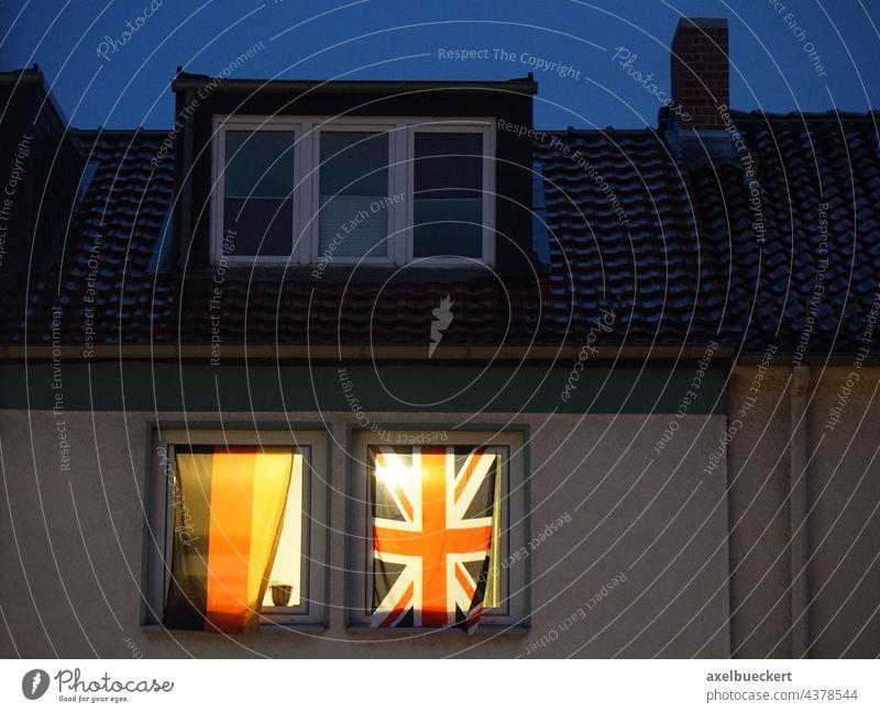 Deutsche und Englische Flagge nebeneinander im Fenster Deutschland England Fahne Deutsche Flagge englische flagge schwarz-rot-gold Union Jack Fußball