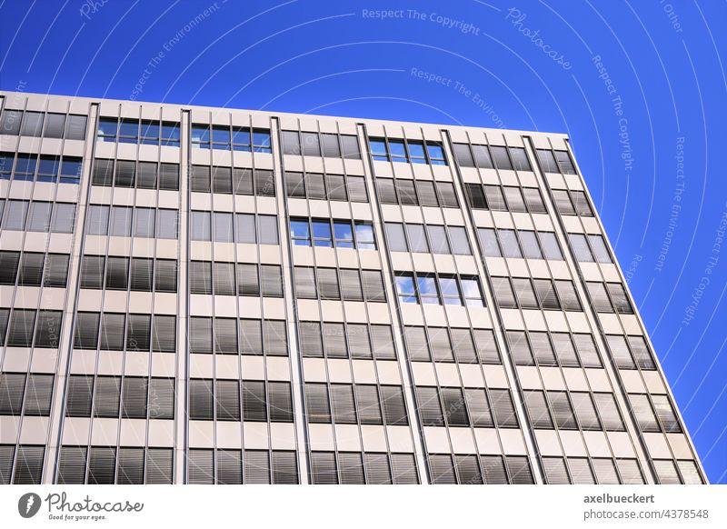 modernes Bürogebäude mit heruntergelassenen Jalousien Gebäude Fassade Moderne Architektur Fenster Außenjalousie außenrollo sonnenschutz Spiegelung Blauer Himmel