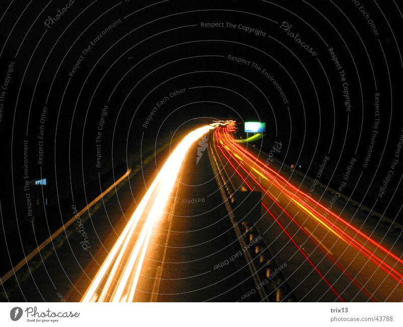 autobahn Autobahn Geschwindigkeit rot gelb weiß dunkel Nacht schwarz fahren rechts Vogelperspektive Schilder & Markierungen Langzeitbelichtung Unschärfe Licht