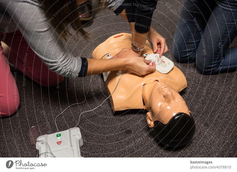 Erste-Hilfe-Schulung. Defibrillator CPR Praxis Unterstützung erste Training Werkstatt aed Widerbelebung Gesundheit Herz Sparer verhaften attackieren