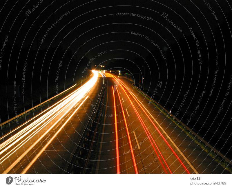 autobahn Autobahn Geschwindigkeit rot gelb weiß dunkel Nacht schwarz fahren links Vogelperspektive Langzeitbelichtung Unschärfe Licht Kurve Lichtstreifen