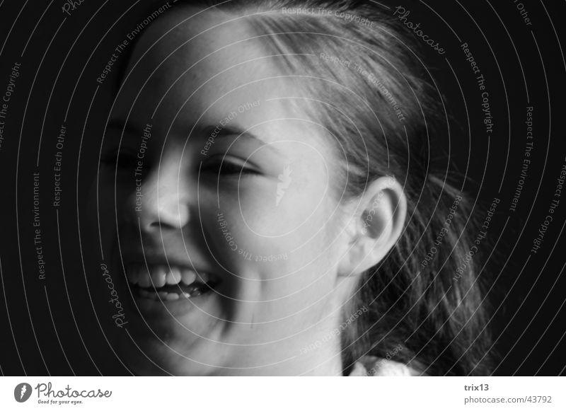 fröhlich... Porträt feminin Frau schwarz weiß Fröhlichkeit dunkel Momentaufnahme Gesicht lachen Mensch Kopf Schatten Haare & Frisuren