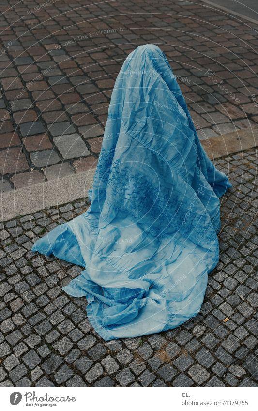 pollerburka Poller Decke Stoff Verhüllung Tuch kurios Straße Burka skurril Kopfsteinpflaster blau Fundstück