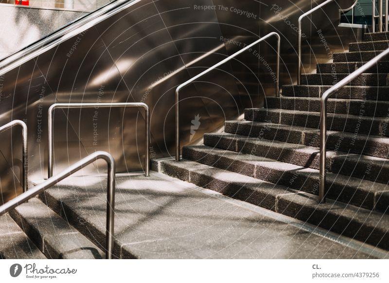 treppe Treppe Rolltreppe Handlauf Architektur Bahnhof Strukturen & Formen aufwärts abstrakt Metall