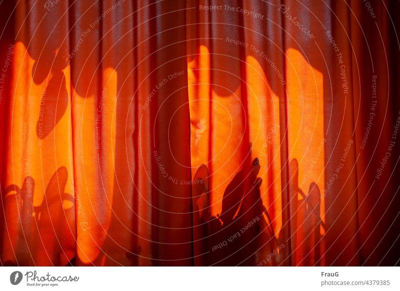 Schattenspiel hinter der Gardine Fenster Vorhang Stoff Schutz Textilien Sichtschutz hängen orange Häusliches Leben Wohnung Falte Faltenwurf Sonnenlicht