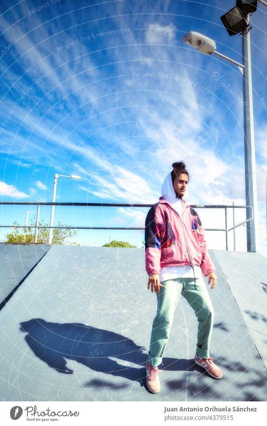 Porträt einer jungen Skaterin in voller Länge, die in einem Skatepark tanzt Teenager Menschen Mann Skateboard Schlittschuh Tanzen Hiphop Freestyle pirouettieren