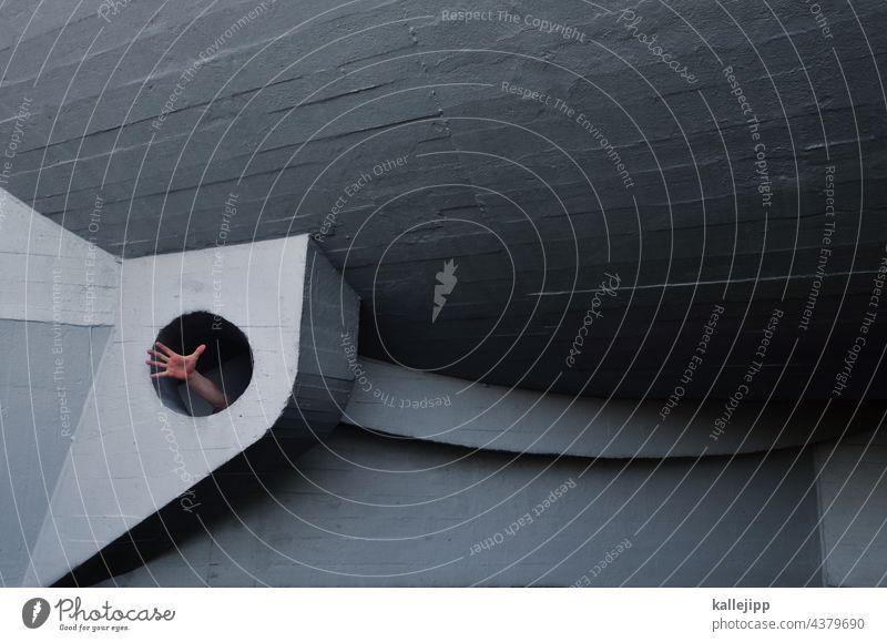 schwarzes loch Loch Architektur Hand Arm greifen Hilfe Finger Farbfoto Mensch festhalten Arme Nahaufnahme Außenaufnahme Schwache Tiefenschärfe Haut Licht