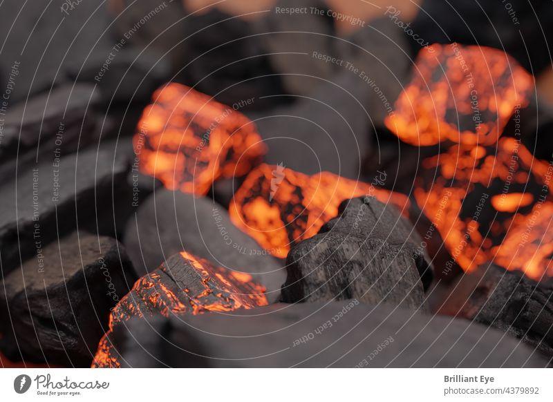 Nahaufnahme von schwarzer und glühender Holzkohle Kraft Sommer Licht flammend brennbar Brikett Gefahr niemand Temperatur hell brennend verbrannt Detailaufnahme