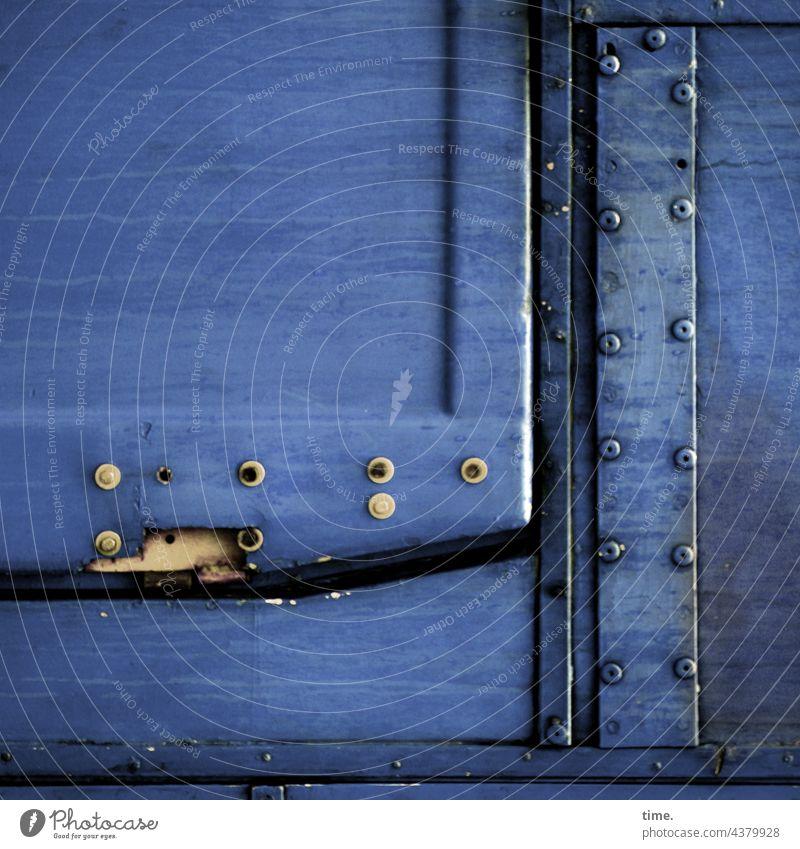 Blech & Nieten klappe nieten blau beschädigt lädiert kaputt metall Fahrzeugteil linien halterung