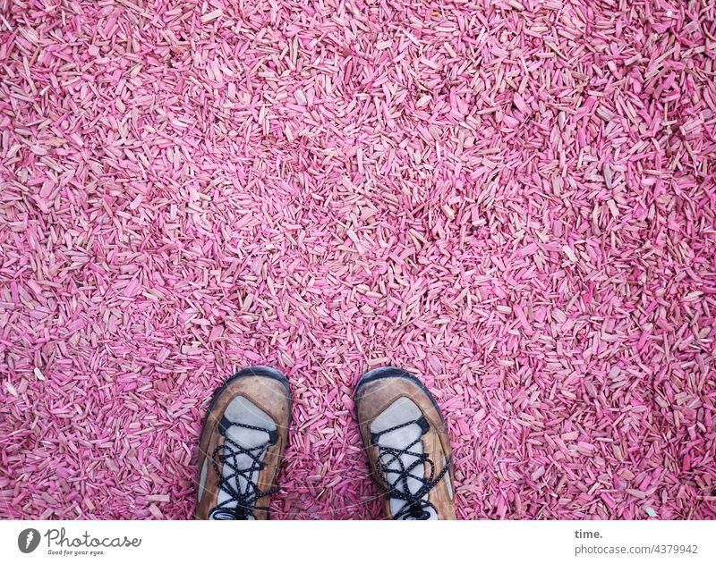 kurz mal besetzt | Museumsgarten Rindenmulch Schuhe rosa Holzspäne Bodenbedeckung Kleinteile Struktur Muster Oberfläche viele Vogelperspektive Mulch