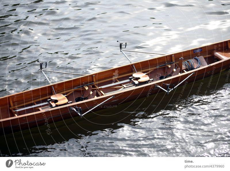 Pinkelpause boot wasser ruderboot fluss sonnig schatten leer sportboot holz wettkampftauglich gegenlicht strömung ausschnitt