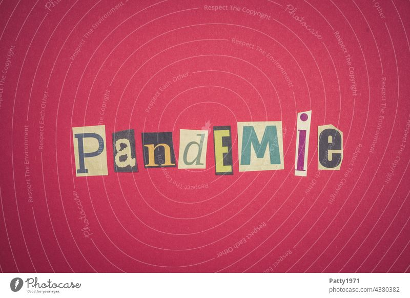 Corona thoughts  Ausgeschnittene Zeitungsbuchstaben bilden das Wort Pandemie coronavirus Virus zeitungsbuchstaben ausgeschnitten Bedrohung Gesundheit Krankheit