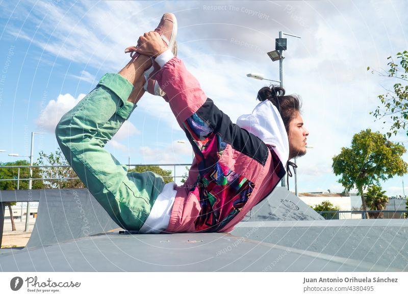 Junger Skater tanzt Hip-Hop-Freestyle in einem Skatepark Teenager Menschen Mann jung Skateboard Schlittschuh Tanzen Hiphop pirouettieren herumwirbeln