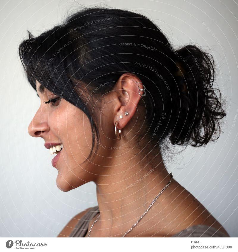 Estila portrait profil schmuck ohrringe langhaarig schwarzhaarig zopf lachen lächeln schön Blick nach unten lebendig
