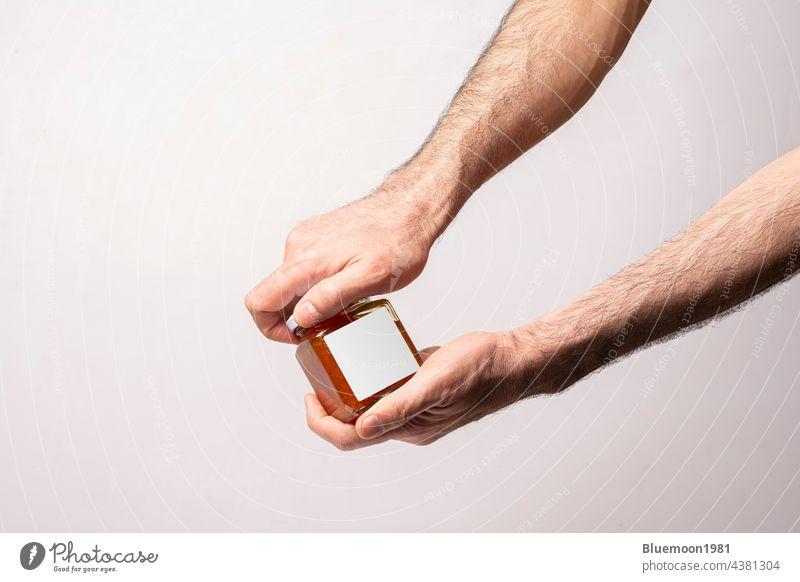 Männliche Hände öffnen einen süßen Karottenmarmelade-Flaschendeckel Attrappe editierbar Wandel & Veränderung Möhre Lebensmittel blanko kennzeichnen Marke
