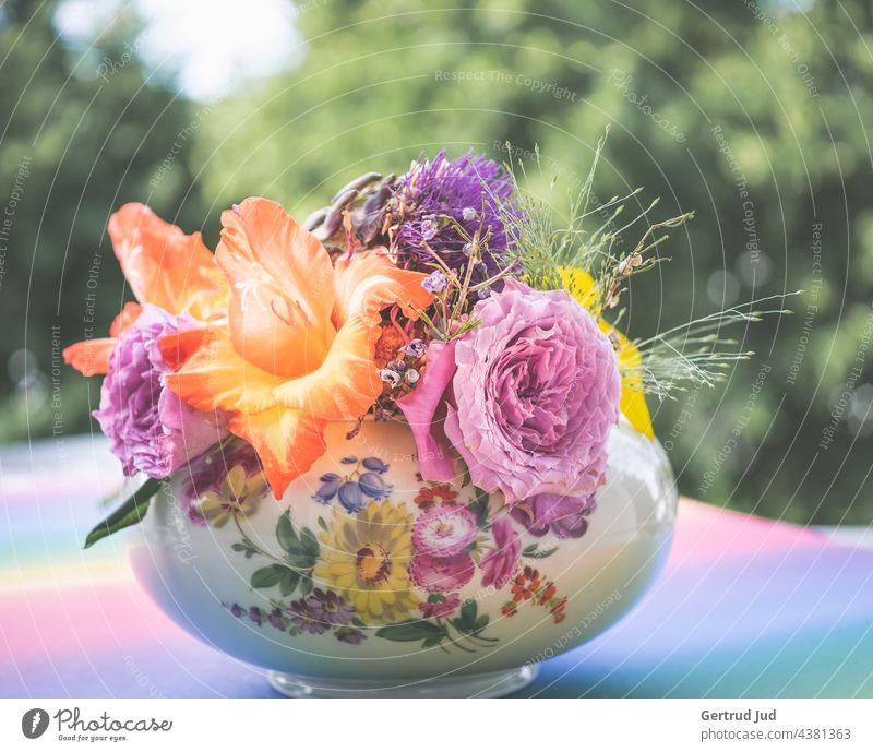 Bunter Blumenstrauß in blumiger Schale Blumen und Pflanzen Blüte Natur Garten Farbfoto Sommer Außenaufnahme Nahaufnahme Blühend natürlich Umwelt
