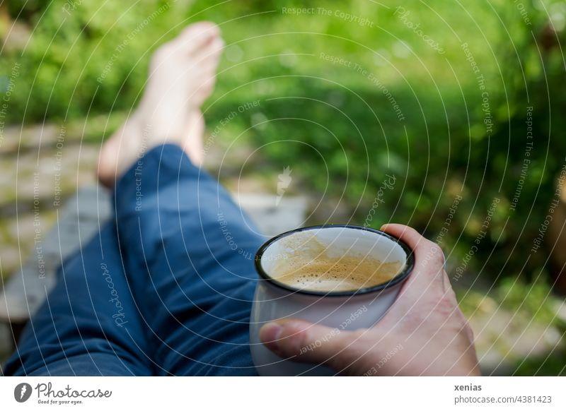 Zwischenräume / Pause machen mit Käffchen in der Hand und Füße auf dem Schemel zwischen all dem Grün Kaffee Kaffeebecher Kaffeetrinken Tasse Garten grün Hose