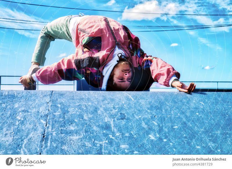Junge weiße Tänzerin tanzt Hip-Hop-Freestyle in einem Skatepark Teenager Menschen Mann jung Skateboard Schlittschuh Skater Tanzen Hiphop pirouettieren