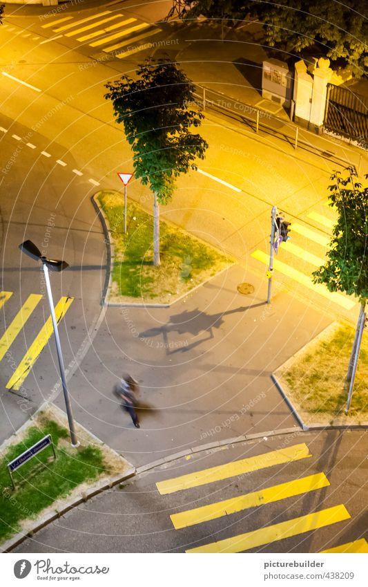 Eine Insel Mensch maskulin Mann Erwachsene 1 Stadt Stadtzentrum Fußgänger Straßenkreuzung Wegkreuzung Bürgersteig Zebrastreifen gehen außergewöhnlich eckig gelb